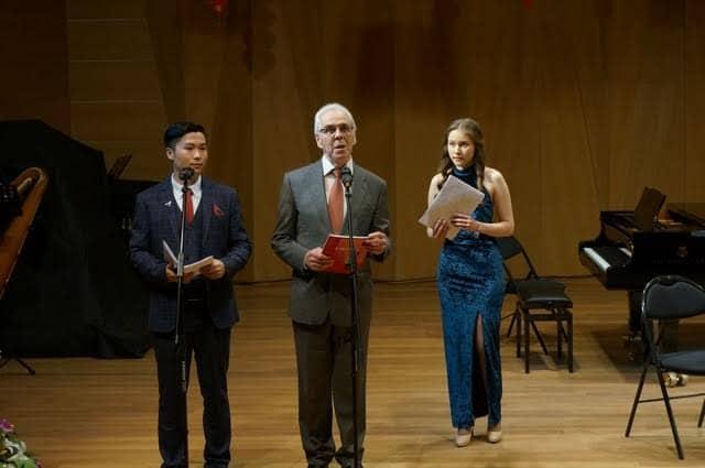 Художественный руководитель фестиваля Виктор Горин открывает концерт