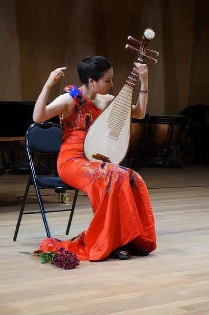 Китайская четырехструнная гитара – пипа. Играет У Хаоян
