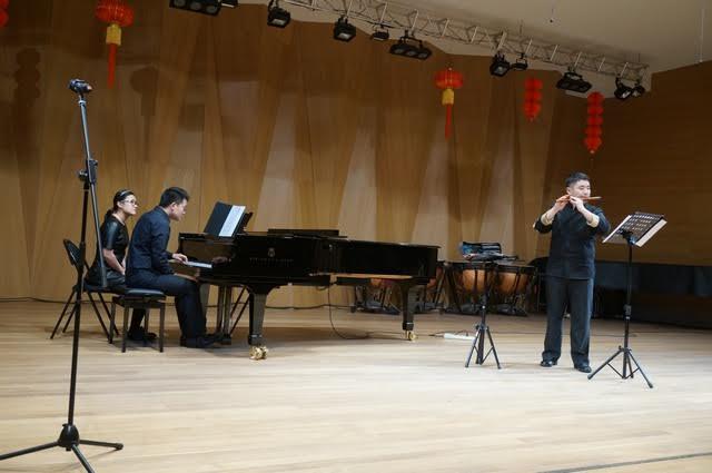 Выступает флейтист Лю Ян, за роялем Шэ Шичэнь