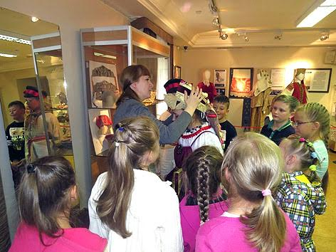 На снимке пресс-службы Национального музея участники одной из первых интерактивных экскурсий – ученики 34-й школы