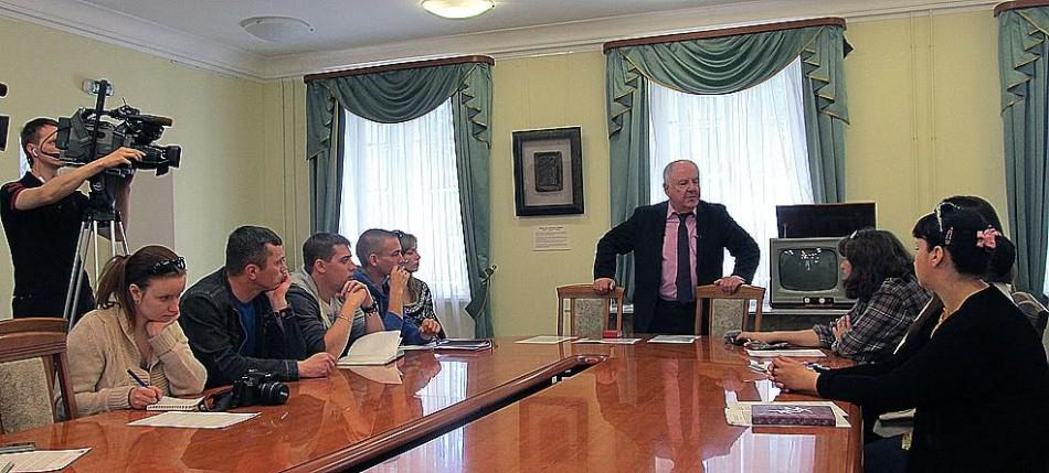 Пресс-показ ведет директор Национального музея Михаил Гольденберг