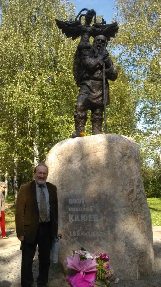 Скульптор Сергей Алипов возле памятника Николаю Клюеву