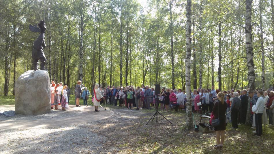 Церемония открытия памятника Николаю Клюеву. Выступает Т. Макарова. Фото Дмитрия Москина