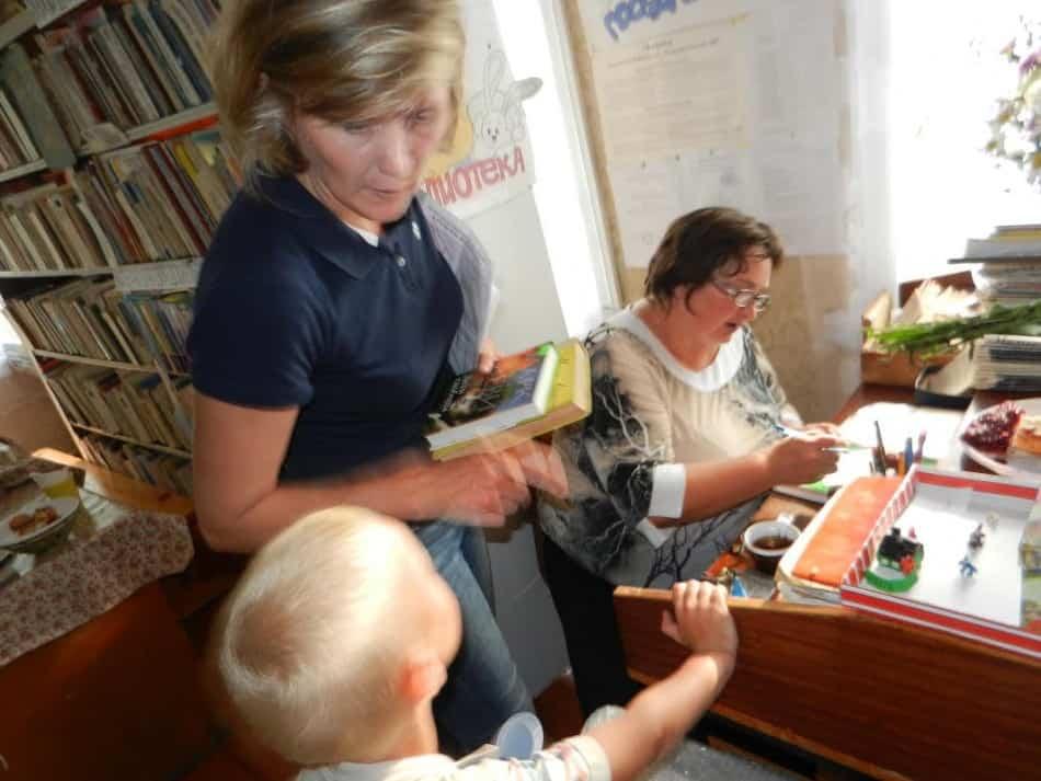 Татьяна Ганина на выдаче книг
