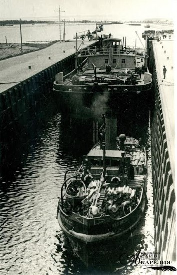 Вход в шлюз ББК. Буксир «Кингисепп» с баржей. 1948 год. Фото С.М. Роскина