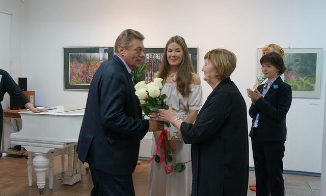 Цветы художницам от Администрации города вручает Сергей Соловьев, начальник управления культуры и общественных связей