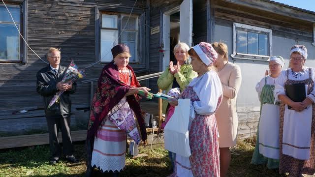 Жителей села поздравили представители Олонецкой национальной библиотеки, а также Олонецкого краеведческого музея