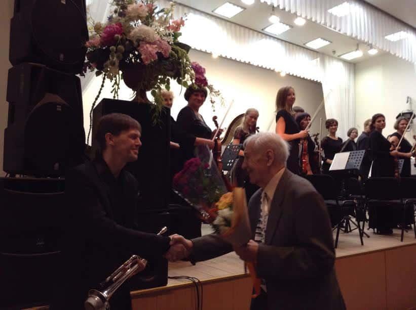 Эдуард Патлаенко благодарит солиста оркестра Руслана Девликамова, исполнившего соло на трубе