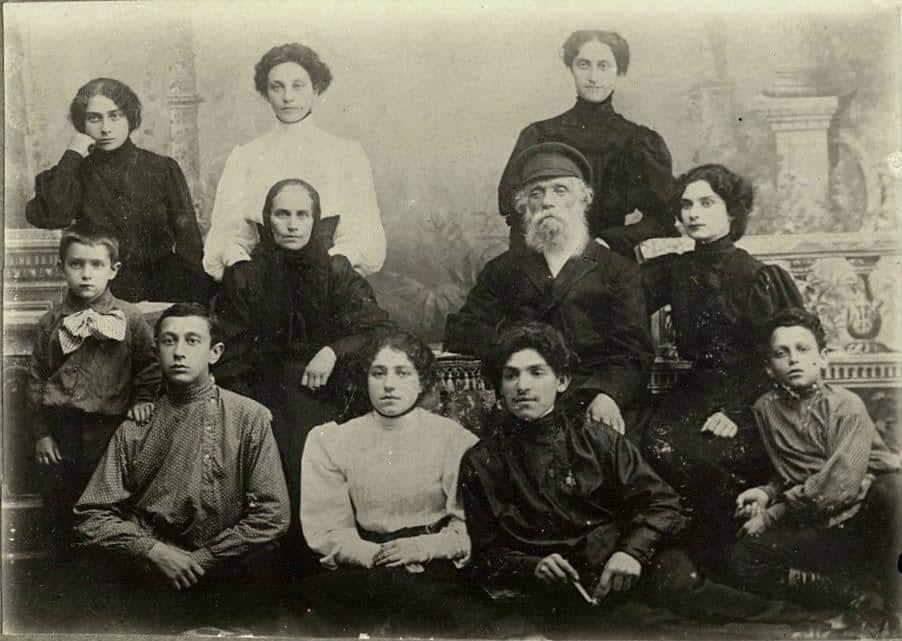 Петрозаводская семья Рыбак: первый ряд слева Абрам, крайний справа Давид (отец будущего директора музея)