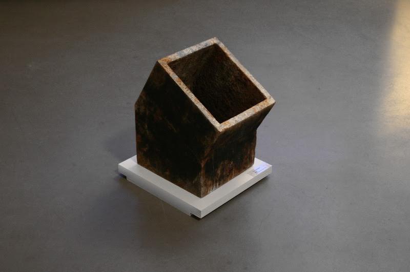 Найденный в ходе акции металлический объект «RM-2» на выставке в Берлине