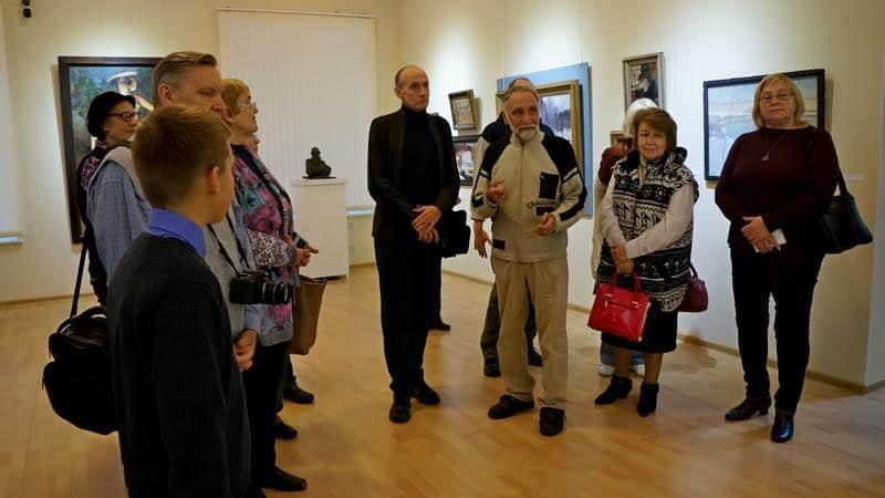 Экскурсия с куратором Сергеем Сергеевым ( в центре)