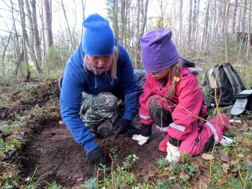 Дети археологов - особые. Маленькая Лиза уже умеет определять уголь и кварц