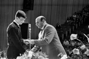 Директор школы №9 Исаак Самойлович Фрадков вручает аттестаты зрелости выпускникам. 1967 год