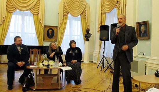 С открытием выставки поздравляет коллегу Валентин Чекмасов