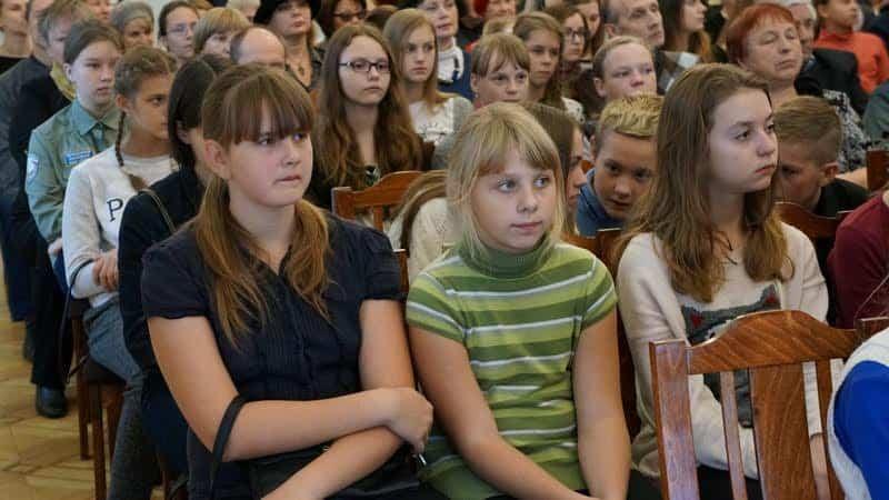 На вернисаж пришли уxеники детской художественной школы, где преподает Нелли Григорьева