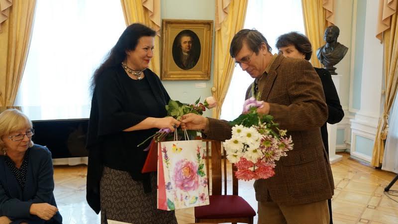 Председатель Союза художников РК Владимир Баландин поздравляет Нелли Валентиновну с юбилеем и открытием выставки