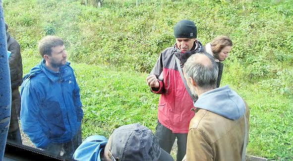 Одну из групп сопровождал на острове руководитель службы по учету и хранению недвижимых памятников Александр Любимцев. Отвечать на вопросы ему приходилось не только на объектах, но и в автобусе и при посадке в него…