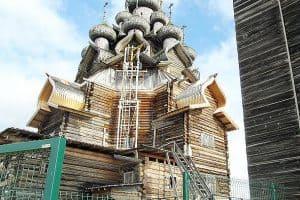 Так в эти осенние месяцы выглядит Преображенский храм