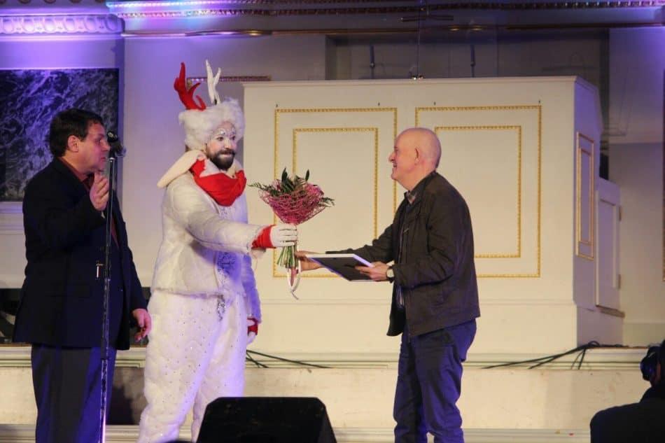 Владимир Ларионов получает награду