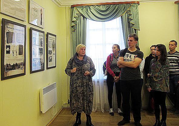 Ирина Степанова проводит первую экскурсию по выставке