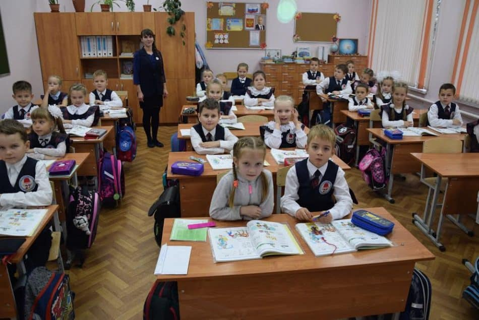 Первоклашки 27-й школы со своим учителем