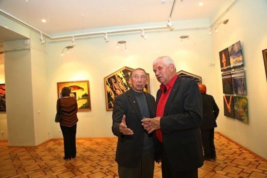 Художники Борис Поморцев (слева) и Георгий Иванов на вернисаже
