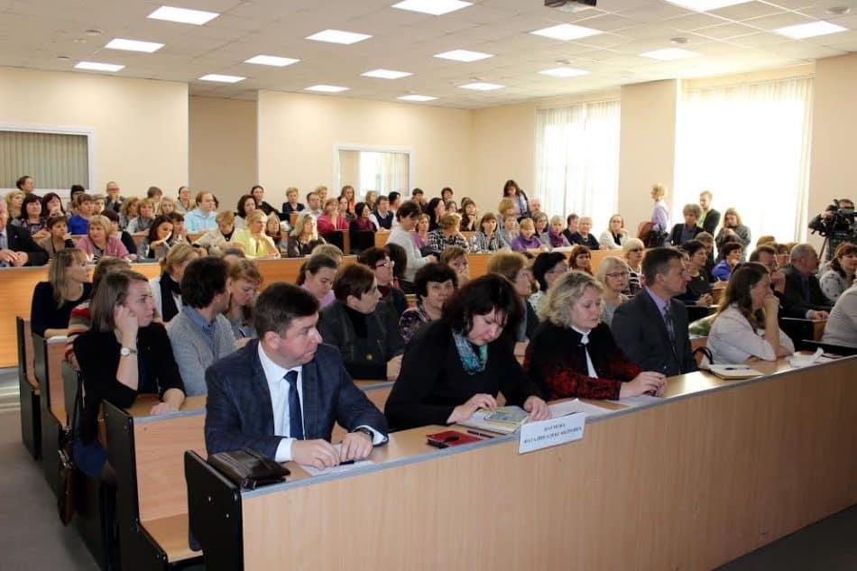 В первом ряду на совещании в ПетрГУ замруководителя Рособрнадзора Наталия Наумова и представитель ФИПИ Марина Демидова