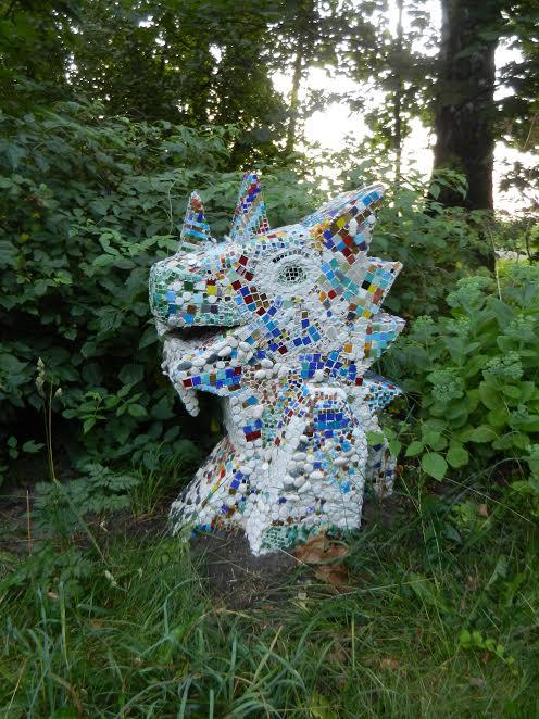 Скульптурная композиция с мозаикой перед входом в ДХШ