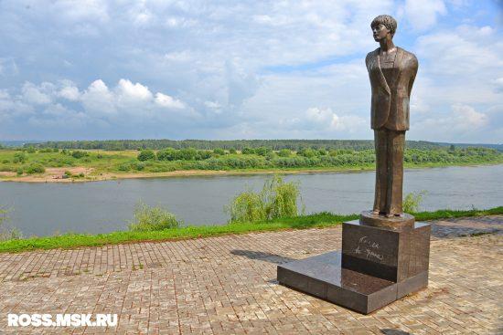 Памятник Белле Ахмадулиной в Тарусе