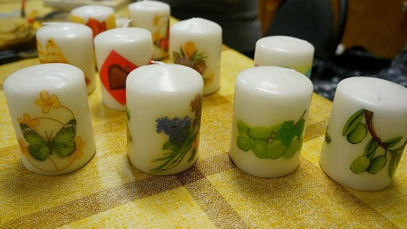 Свечи для рождества украшены своими руками