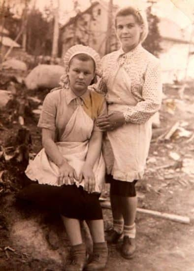 Ольга Анисимовна с подругой в период работы официанткой в поселке Тайгиницы. Снимок сделан между 1955 и 1957 гг. Фото из личного архива Ольги Анисимовны Кособуцкой