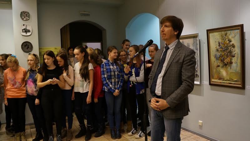 Открывает выставку директор детской художественной школы Илья Кемпи