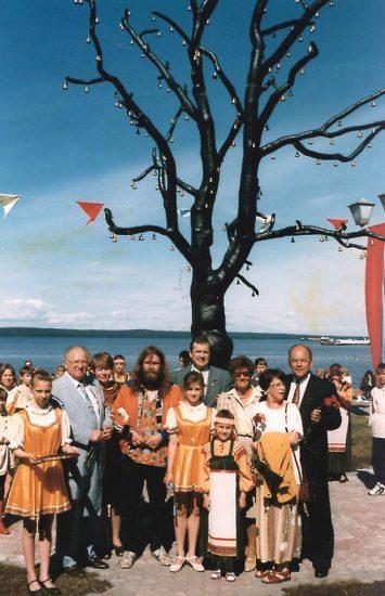 Скульптор Кент Андерссон, мэр Петрозаводска Сергей Катанандов, члены делегации Умео в день открытия «Дерева желаний», 1996 год