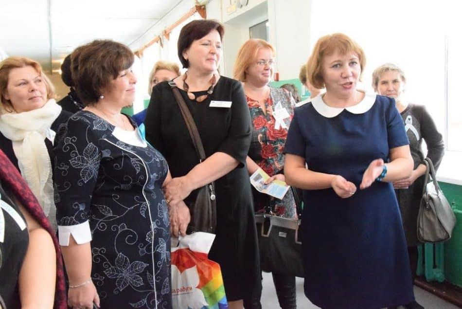 Директор школы Нина Коренькова (справа) встречает гостей