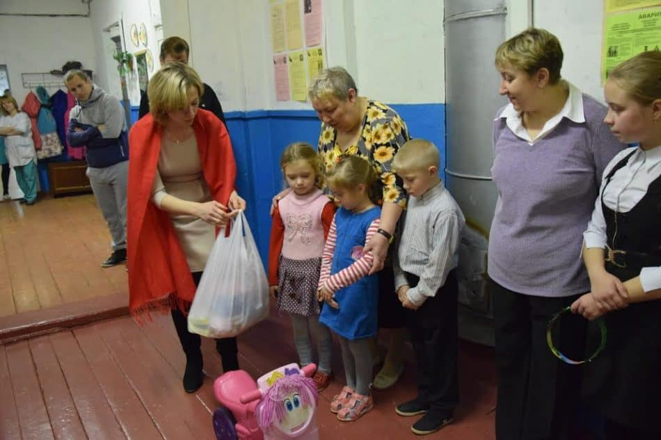 Директор управления образования Калевальского района Ирина Шумкина привезла подарки для детсадовской группы при школе