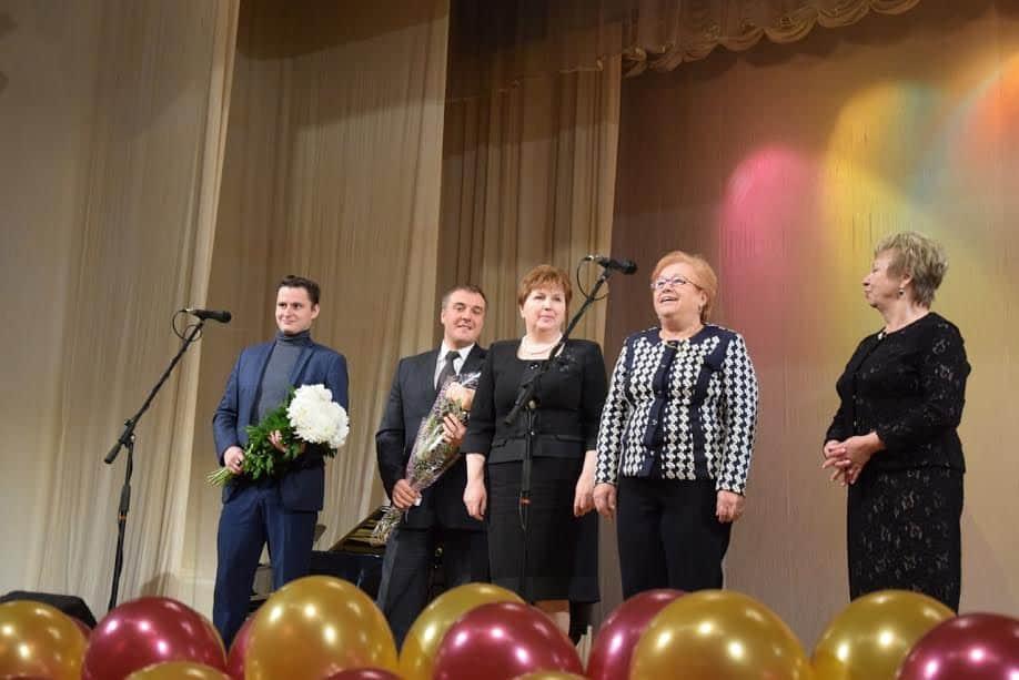 Директора школ Петрозаводска пришли поздравить коллег