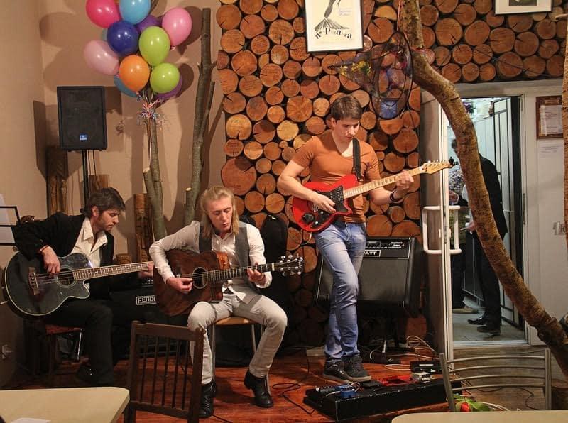 Никита Анисимов и его группа. На этом месте раньше была барная стойка