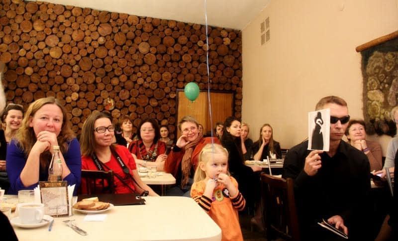 Надзор за актерами - еще одна сквозная тема вечера. Владимир Елымчев из театра Ад Либерум (справа) в образе сексота