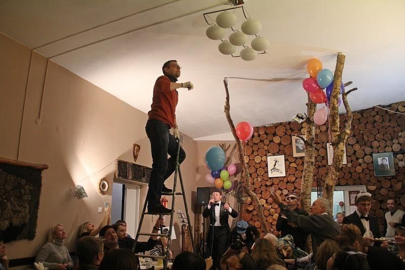 Через весь капустник проходила тема ремонта Дома актера