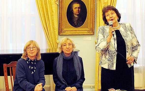 Открывают вернисаж (слева направо) куратор выставки Анита Дункерс, Любовь Малиновская, директор Музея изобразительных искусств Наталья Вавилова