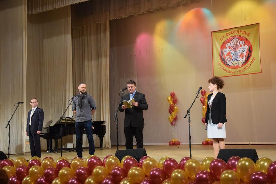 Олег Мошников читает стихотворение, посвященное родной школе