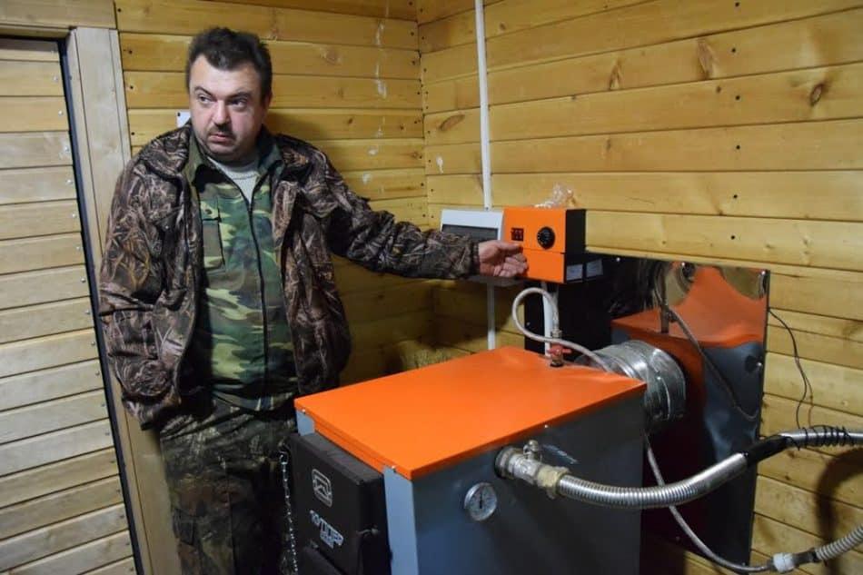 Особая гордость школы - универсальный нагревательный котел, который работает и на электричестве, и на  дровах