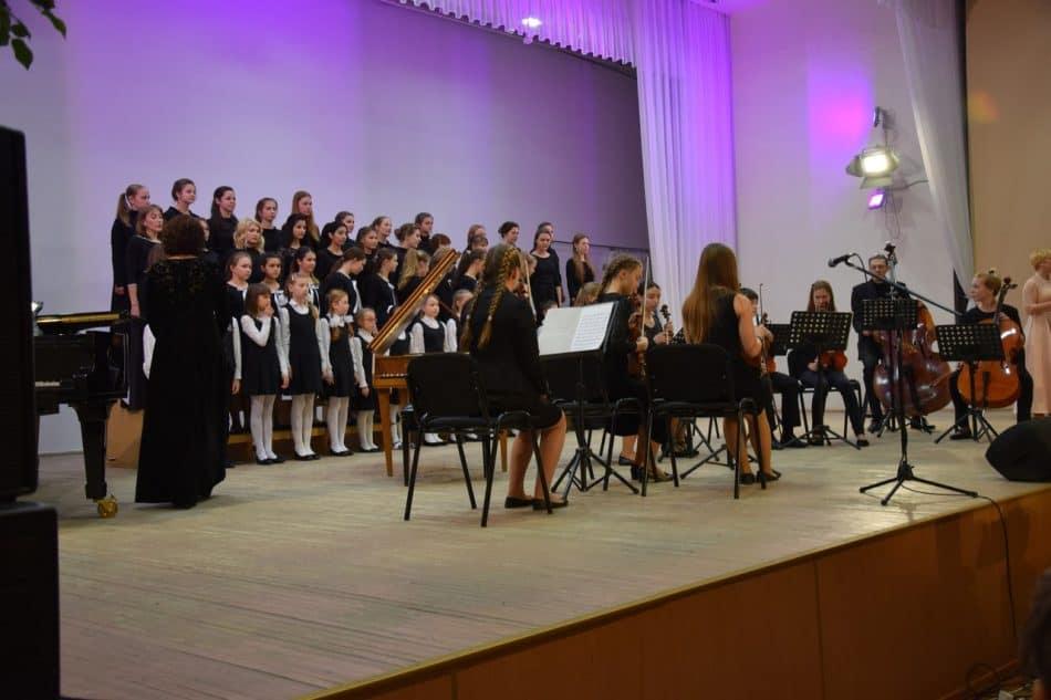 """Вечер открыли камерный оркестр и хор СШИ, исполнив """"Школьный вальс"""" Александра Белобородова, написанный специально для этой школы"""