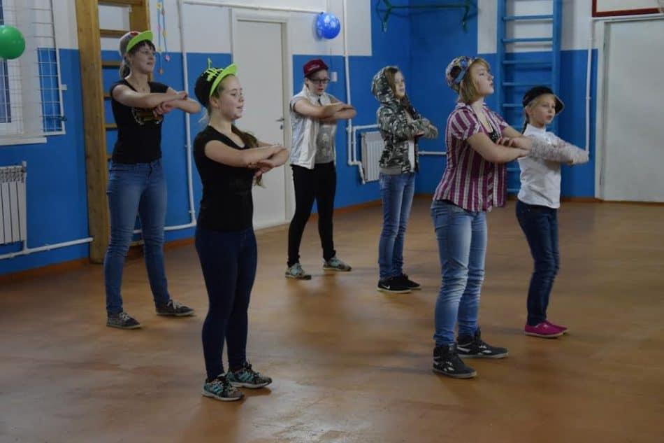 Танец школьниц