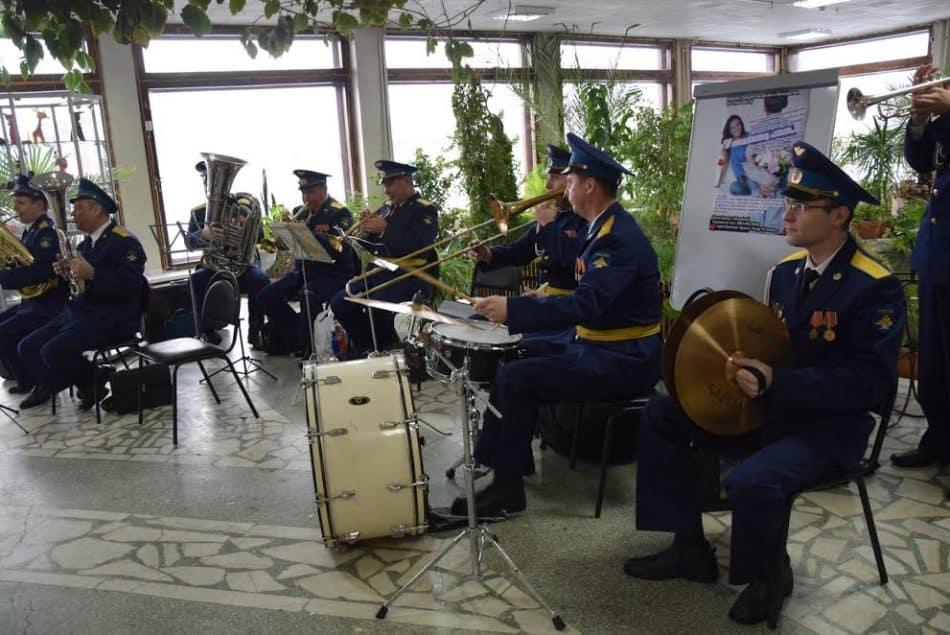 В фойе гостей встречал духовой оркестр