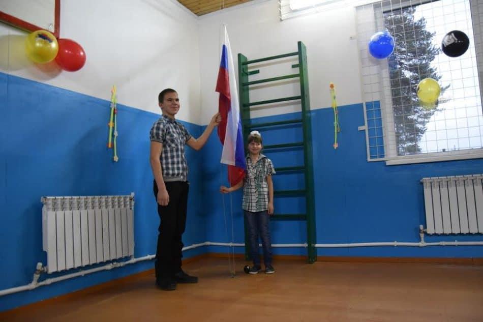 Вика Назаренко и Илья Крылов поднимают российский флаг