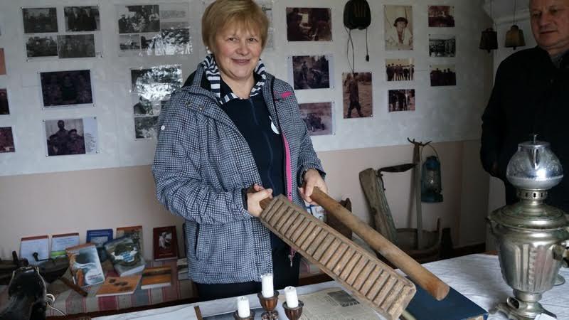 Надежда Лесонен демонстрирует приспособление для стирки