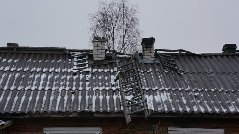 Крыша прохудилась, видно невооруженным взглядом. Да и печь нуждается в починке...