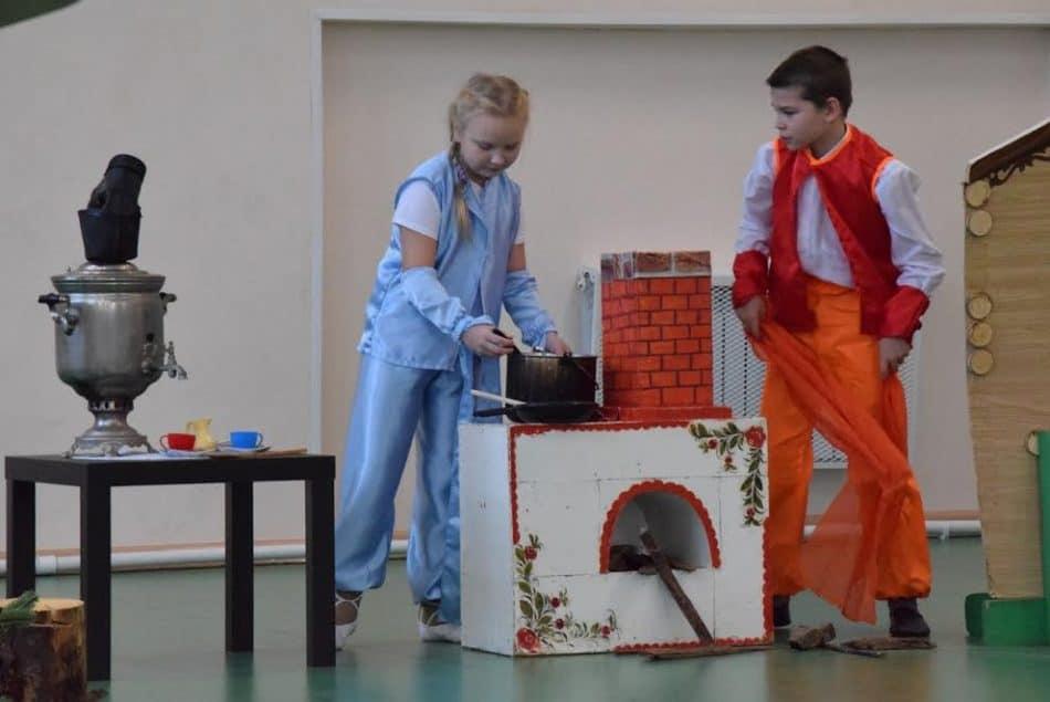 Юные актеры играют спектакль на вепсском языке