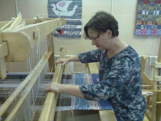 В ткацкой мастерской Центра народного творчества современные ткацкие станы, позволяющие ткать широкие полотна различного типа переплетения нитей